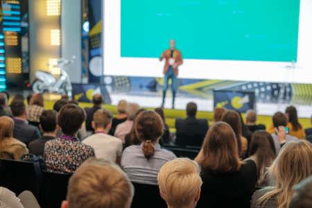 Le public écoute le conférencier à l'atelier dans la salle de conférence