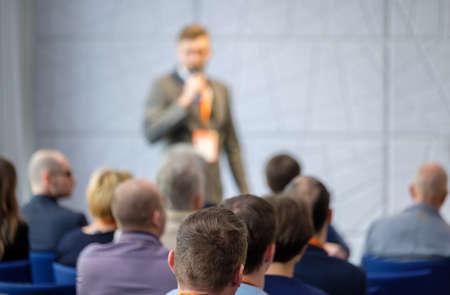 Audience listens lecturer at workshop in conference hall Foto de archivo