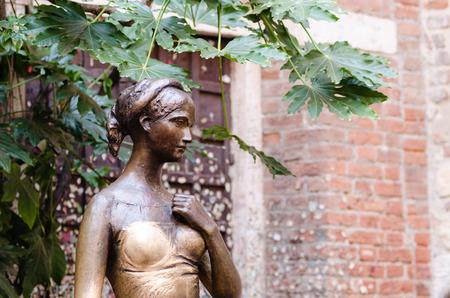 juliets: statue of Juliet, Juliets house, Verona, Italy