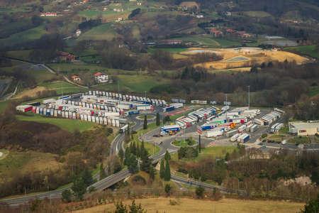 Uitzicht vanaf de berg tot de overvolle parking van vrachtwagens in Spanje
