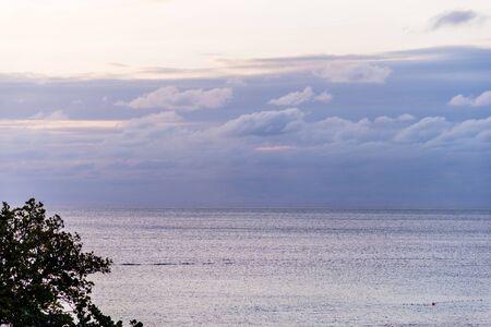 Wolken komen uit de oceaan in de schemering Stockfoto
