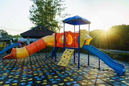 Actividades De Juegos Para Niños En Parque Público En La Mañana De ...