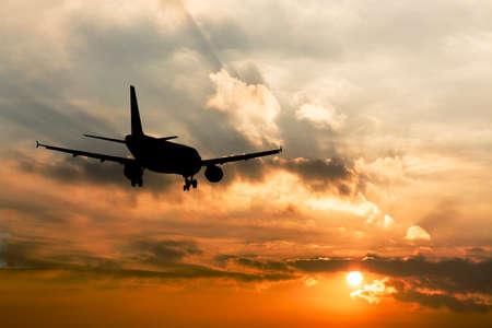 비행기의 실루엣의 아름 다운 전망입니다. 스톡 콘텐츠 - 27574181