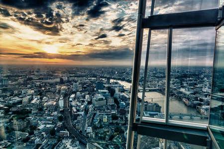 高層ビルから日没までのロンドンのスカイライン。