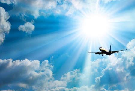 Silhouet van het vliegtuig met een mooie hemel.