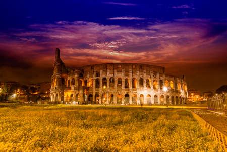 Bella vista del Colosseo di notte. Archivio Fotografico - 35813852