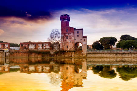 river arno: Old building near the river Arno.