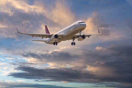 Airbus A-320 con un bel cielo. Archivio Fotografico - 48880356