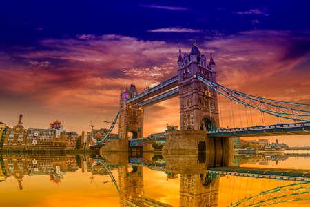 London Bridge au coucher du soleil. Banque d'images