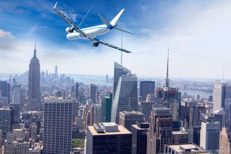 맨하탄, 뉴욕 위의 비행기. 스톡 콘텐츠 - 64103854