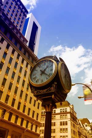 fifth avenue: Clock in New York City.
