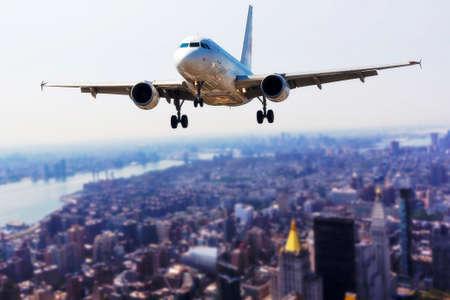 맨하탄, 뉴욕 위의 비행기. 스톡 콘텐츠 - 88201607