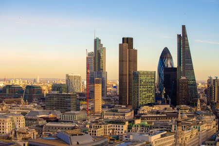 Neue Skyline von London bei Sonnenuntergang.