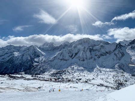 Schönes Panorama der schneebedeckten Berge des Tonale Passes, Dolomiten, Italien.
