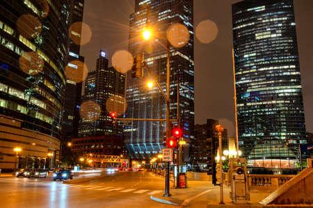 Chciago by night during rain on Franklin Street. Reklamní fotografie