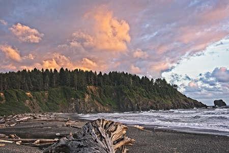 In het Quileute Oceanside Resort in La Push, Washington, kijkend naar het zuiden langs de kust bij zonsondergang. Stockfoto