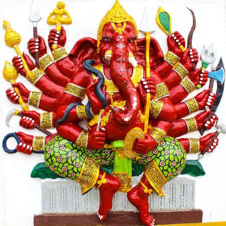 Ganesh in rosso su sfondo bianco