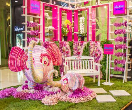 BANGKOK, THAILANDIA-JUNE6: piccolo giardino con panchine ed elefanti decorati con le orchidee. Spezie in caso di 7 � Siam Paragon Bangkok Royal Orchid Paradise il 6 giugno 2013 a Bangkok in Thailandia. Editoriali