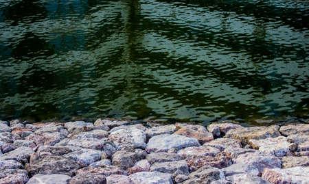 Un gruppo di rocce bianche e acqua