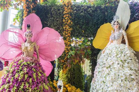 BANGKOK, Thailandia-JUNE6: modello Kinnaree decorato di una variet� di orchidee. spicies in caso di 7 � Siam Paragon Bangkok Royal Orchid Paradise il 6 giugno 2013 a Bangkok, Thailandia.
