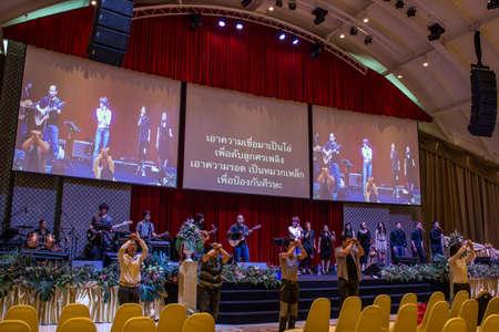 BANGKOK, Thailandia-June10: anonimo gruppo di persone insieme per cantare e adorare Dio nelle celebrazioni del tempio Noah il 10 giugno 2013 sul bordo dell'Arca cristiano Thailandia a Bangkok, Thailandia.