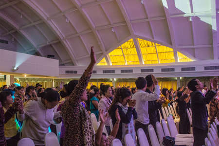 BANGKOK, THAILANDIA-JUNE15: anonimo gruppo di persone insieme per pregare e adorare Dio. Nella celebrazione No� il 15 giugno 2013 a bordo dell'Arca cristiana Thailandia a Bangkok, Thailandia.
