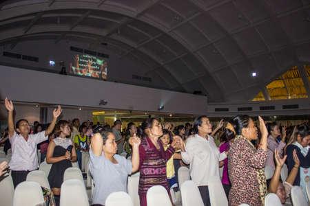 BANGKOK, Thailandia-JUNE15: anonimo gruppo di persone insieme per pregare e adorare Dio. Nella celebrazione No� il 15 giugno 2013 a bordo dell'Arca cristiano Thailandia a Bangkok, Thailandia.