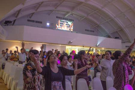 BANGKOK, THAILANDIA-JUNE15: anonimo gruppo di persone insieme per pregare e adorare Dio. Nella celebrazione Noah il 15 giugno 2013 sul bordo dell'Arca cristiana Thailandia a Bangkok, Thailandia.