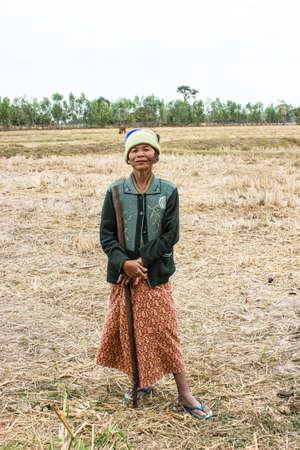 SURIN THAILANDIA-7 gennaio donna non identificata stare di buon umore, sorridente e felice in un campo su 7 Gennaio 2013 a Surin, Thailandia