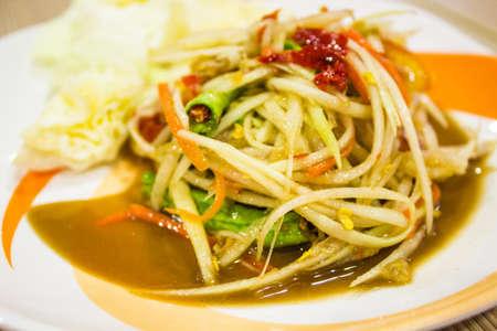 Insalata di papaya e le verdure sul piatto