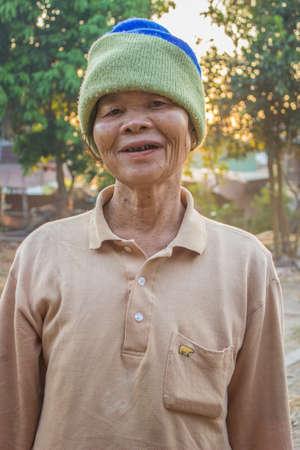 SURIN THAILANDIA-21 gennaio la donna non identificato stare di buon umore, sorridente e felice nel suo giardino il 21 Gennaio 2013 Surin, Thailandia Editoriali
