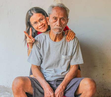 SURIN THAILANDIA-22 gennaio padre e figlia che non hanno dato un buon umore, sorridente e felice a casa il 22 gennaio 2013 a Surin, Thailandia Editoriali