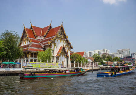 BANGKOK-19 marzo: La vita a Bangkok e il fiume Chao Phraya traghetto al Wat Arun, il fiume Chao Phraya a Bangkok il 19 marzo 2013 a Bangkok, Thailandia.