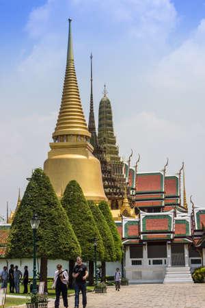 BANGKOK-19 marzo: I viaggiatori che desiderano visitare il bellissimo Wat Phra Kaew a Bangkok. Il 19 marzo 2013 Wat Phra Kaew a Bangkok, Thailandia.