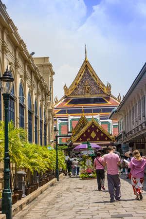 BANGKOK-19 marzo: I viaggiatori che vogliono visitare il bellissimo Wat Phra Kaew a Bangkok. Il 19 marzo 2013. Wat Phra Kaew a Bangkok, Thailandia.