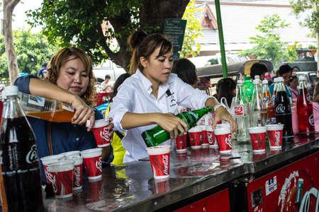SINGBURI, Thailandia-agosto. 15: persone non identificate sono le bevande analcoliche gratuite a persone che avevano assistito il padre Charan compleanno a AmpawanTemple il 15 ago 2013 AmpawanTemple quartiere Phrom Buri. Canta Provincia Buri,. Thailandia.