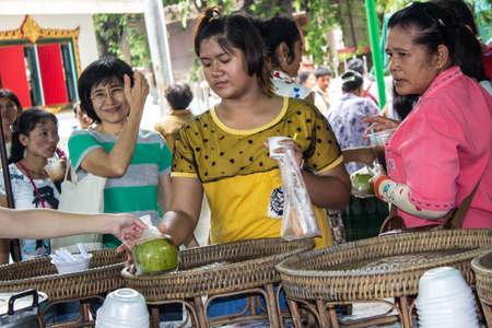 SINGBURI, Thailandia-15 agosto: la gente non sopporta il cocco per dare gratuitamente a coloro che meritano anniversario compleanno pastore Charan a AmpawanTemple il 15 ago 2013 AmpawanTemple quartiere Phrom Buri. Sing Buri. Province, Thailandia.