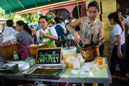 SINGBURI, Thailandia-15 agosto: non identificati gente insalata cucinare per le persone a mangiare sul merito anniversario compleanno padre Charan a AmpawanTemple il 15 agosto 2013 AmpawanTemple quartiere Phrom Buri. Sing Buri Provincia. , Thailandia.