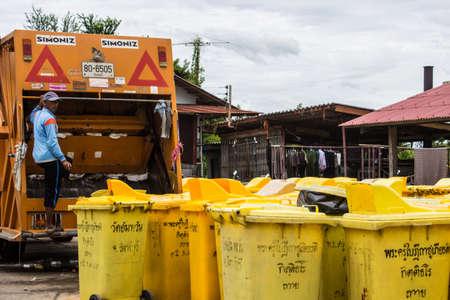 recolector de basura: SINGBURI, TAILANDIA, 15 de agosto trabajador no identificado de reciclaje de basura camión recolector de residuos de carga municipal y basura bin AmpawanTemple el 15 de agosto 2013 AmpawanTemple Phrom Buri distrito Sing Buri Province, Tailandia