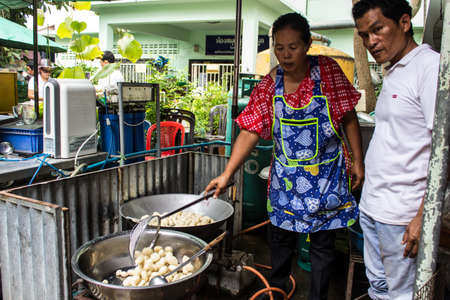 Singburi, Thailandia-15 agosto: persone non identificate friggere le polpette, gratuito per le persone che si uniscono l'anniversario di padre compleanni Charan a AmpawanTemple il 15 agosto 2013 quartiere AmpawanTemple Phrom Buri Sing Buri Provincia, Thailandia Editoriali