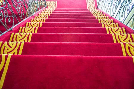 La scala � coperta da un tappeto rosso