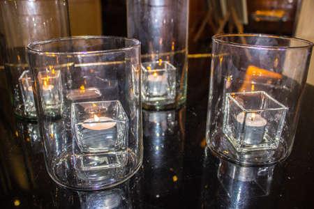 candela bianca in vetro in una romantica atmosfera.