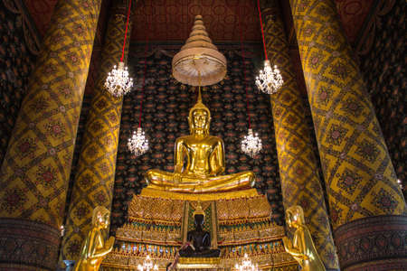 Statua dorata del Buddha in un tempio buddista