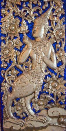 Kinnaree dorato in Wat Phra Kaew a Bangkok, Thailandia