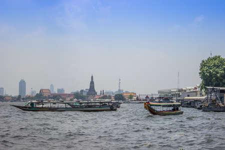 La vita lungo il fiume Chao Phraya a Bangkok, Thailandia