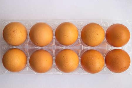 Uova su un box.Eggs di plastica isolato su sfondo bianco
