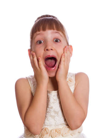 surprised: niña sorprendida con la boca abierta, sosteniendo sus manos cerca de la cara