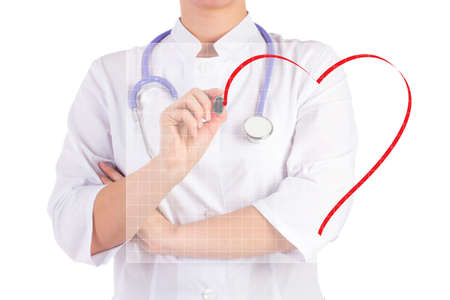 Der Arzt zieht eine Markierung von Herz isoliert Hintergrund