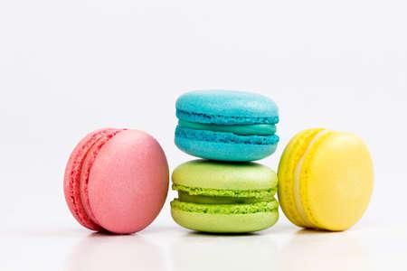 Macarrones franceses dulces y coloridos o macarrón en el fondo blanco