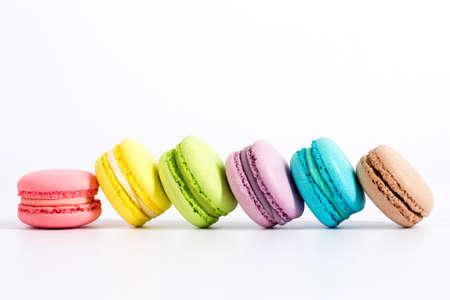 甘くてカラフルなフランスのマカロンや白い背景、デザートのマカロン。